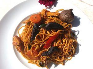 Asiatische Nudeln mit huhn und black garlic